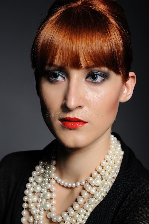 Mujer retra de la manera hermosa con el collar de la perla fotografía de archivo