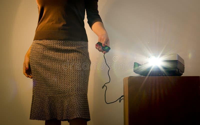Mujer retra del proyector de diapositiva imagen de archivo