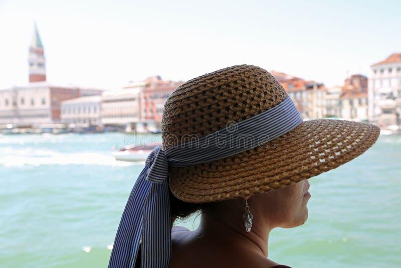 Mujer rica con el sombrero de paja en vista turística en la ciudad de Venecia imagen de archivo libre de regalías