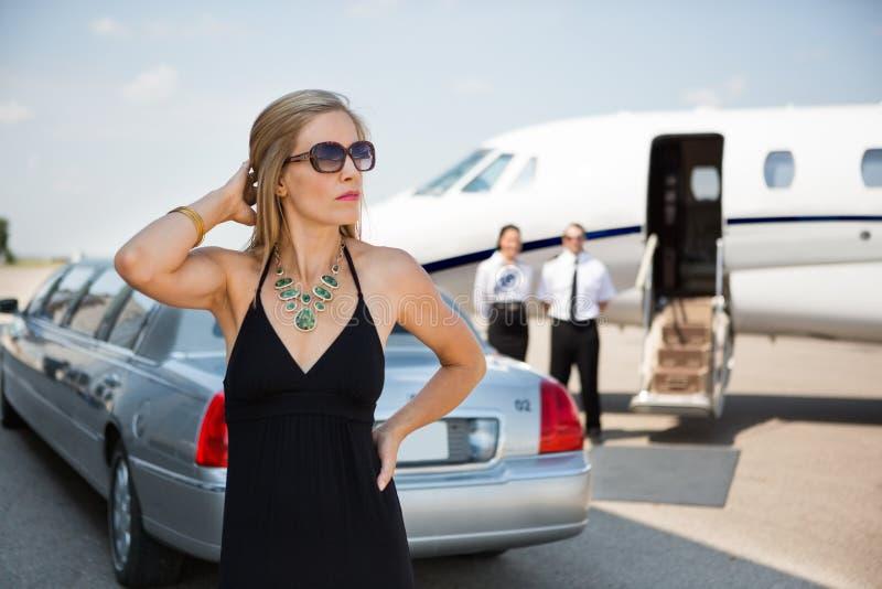 Mujer rica en vestido elegante en el terminal fotografía de archivo