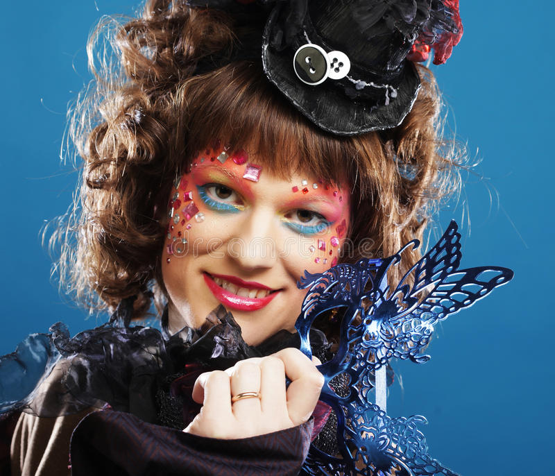 Mujer rizada hermosa con la máscara Rostro de Carnaval fotos de archivo