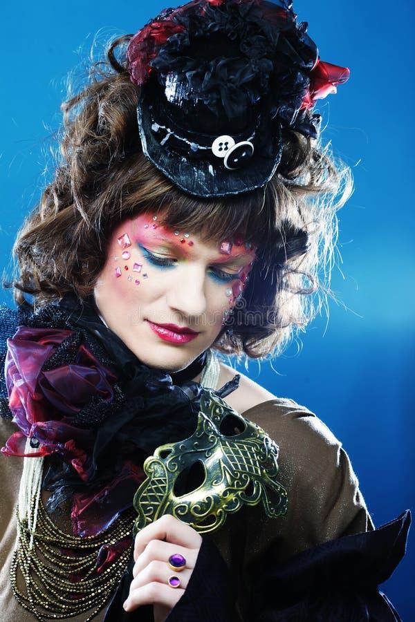 Mujer rizada hermosa con la máscara Rostro de Carnaval fotos de archivo libres de regalías
