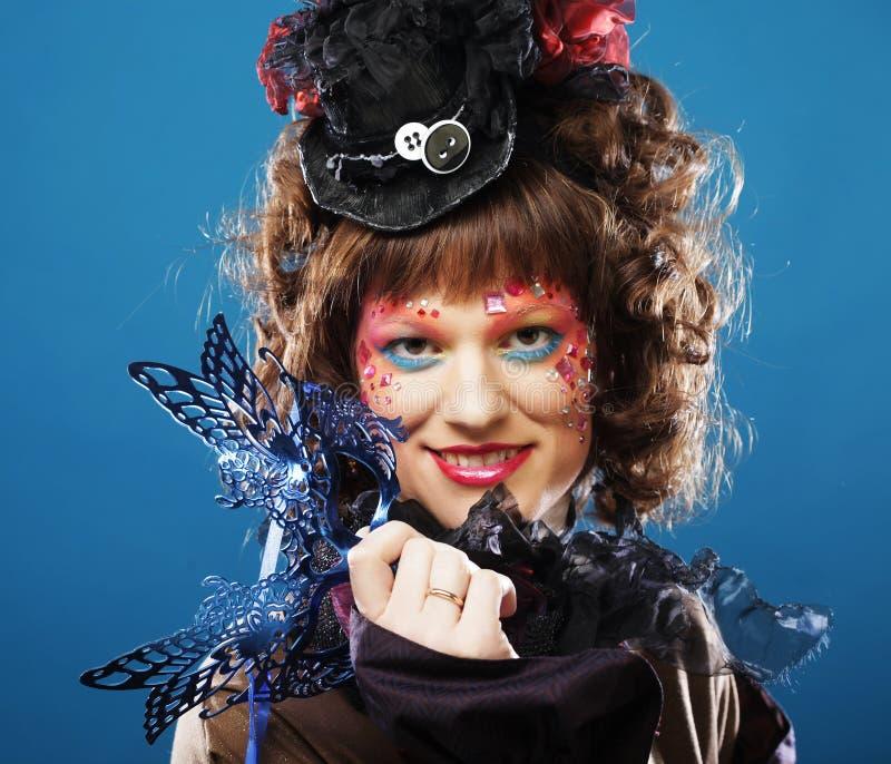 Mujer rizada hermosa con la máscara Rostro de Carnaval imagen de archivo