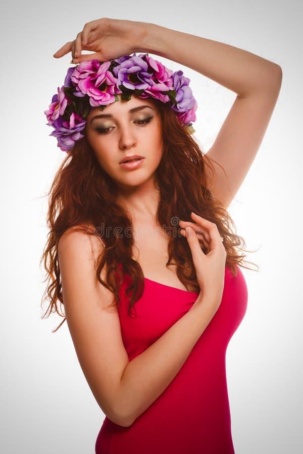 Mujer rizada morena de la muchacha en la guirnalda de flores imágenes de archivo libres de regalías