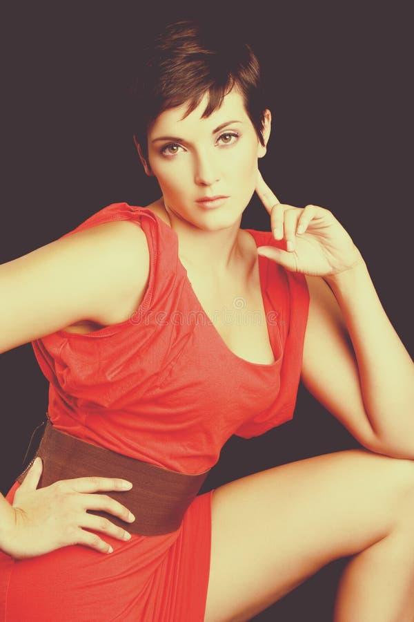 Mujer roja atractiva del vestido foto de archivo libre de regalías