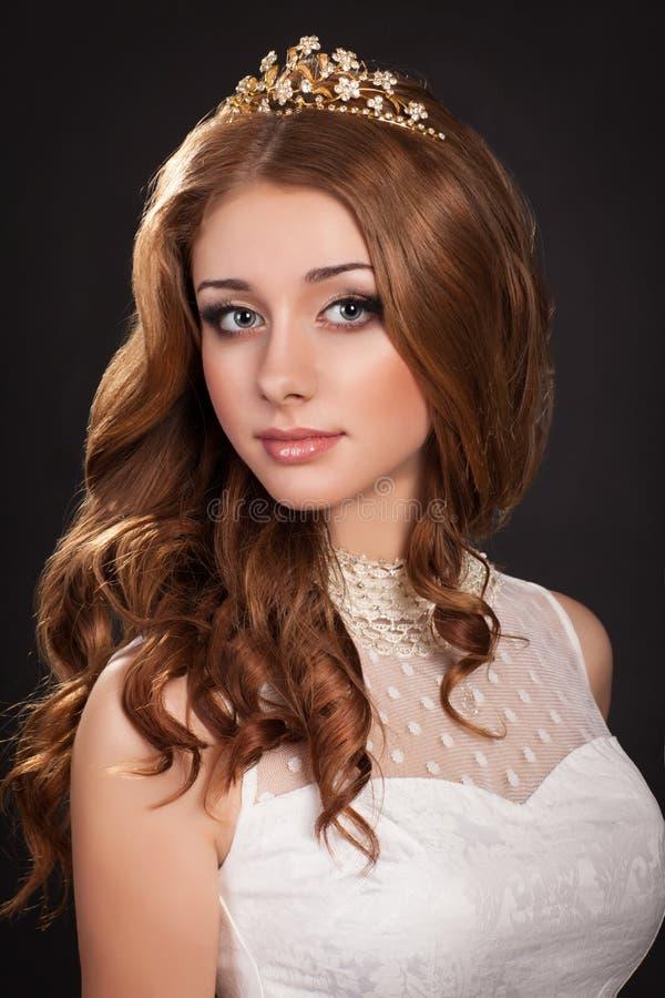 Forme la mujer con la piel perfecta de los pelos marrones y el maquillaje en joyería. Modelo de la belleza imagen de archivo