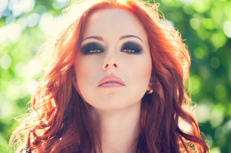 Mujer roja del pelo imagen de archivo libre de regalías