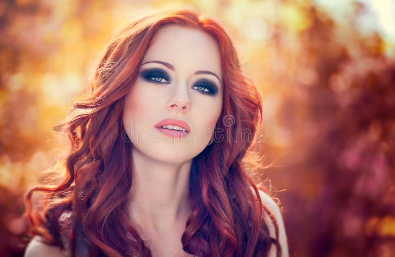 Mujer roja del pelo fotos de archivo libres de regalías