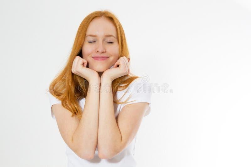 Mujer roja del pelo de la belleza con sonrisa encantadora a usted con la piel de la salud, redhair en el fondo blanco, belleza fe imagen de archivo libre de regalías