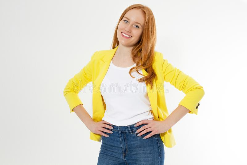 Mujer roja hermosa feliz joven del pelo sobre el fondo aislado que mira confiado la c?mara con sonrisa y que toca su pelo imágenes de archivo libres de regalías