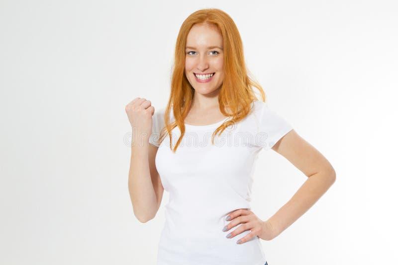Mujer roja joven hermosa del pelo emocionada para el éxito con el brazo aumentado celebrando la sonrisa de la victoria Concepto d foto de archivo libre de regalías