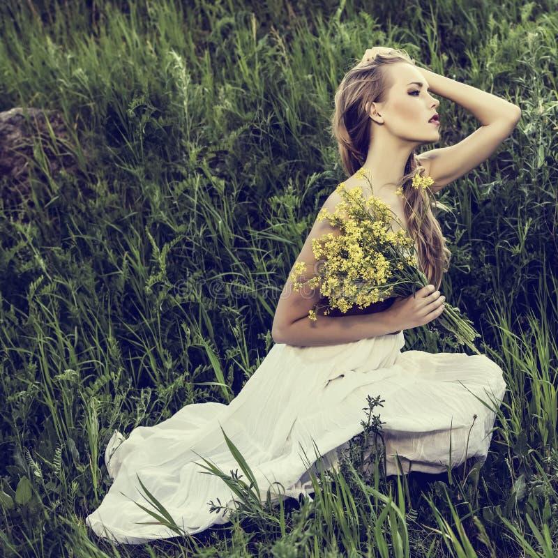 mujer romántica en bosque imágenes de archivo libres de regalías