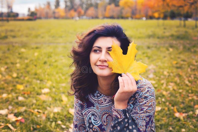 Mujer romántica en parque del otoño al aire libre imagen de archivo
