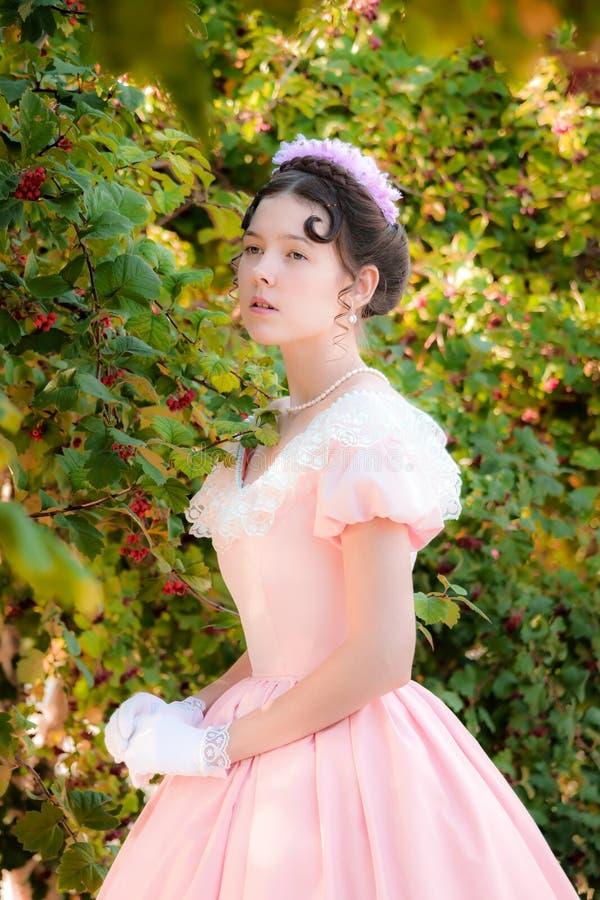 Mujer romántica, encantadora en un vestido de noche en sueños del amor imágenes de archivo libres de regalías
