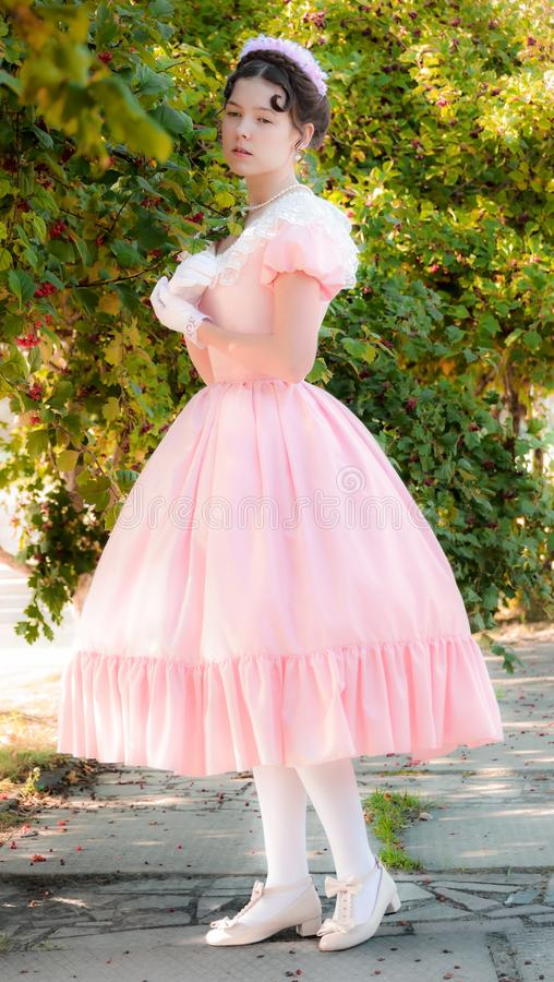 Mujer romántica, encantadora en un vestido de noche en sueños del amor imagen de archivo libre de regalías