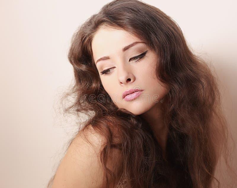 Mujer romántica hermosa del maquillaje que mira abajo fotografía de archivo libre de regalías
