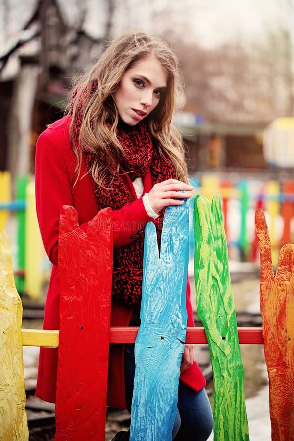 Mujer romántica que lleva Autumn Coat y la bufanda al aire libre foto de archivo libre de regalías