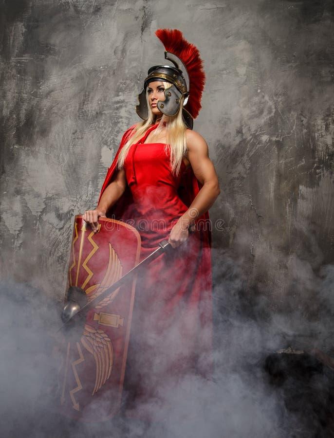 Mujer romana de Blong en vestido rojo imagen de archivo