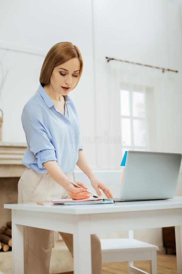 Mujer rubia alerta que hace su trabajo del hogar imágenes de archivo libres de regalías