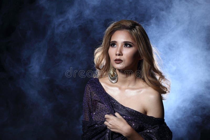 Mujer rubia asiática del pelo de la onda, hombros abiertos del retrato con el purpl fotos de archivo