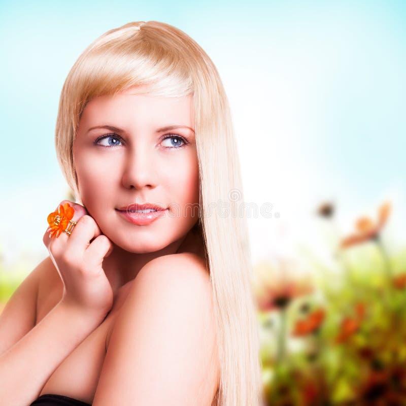 Mujer rubia atractiva imagen de archivo