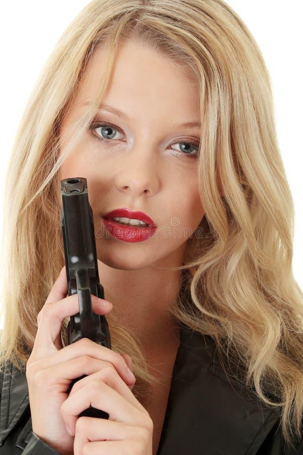 Mujer rubia atractiva con la arma de mano imágenes de archivo libres de regalías