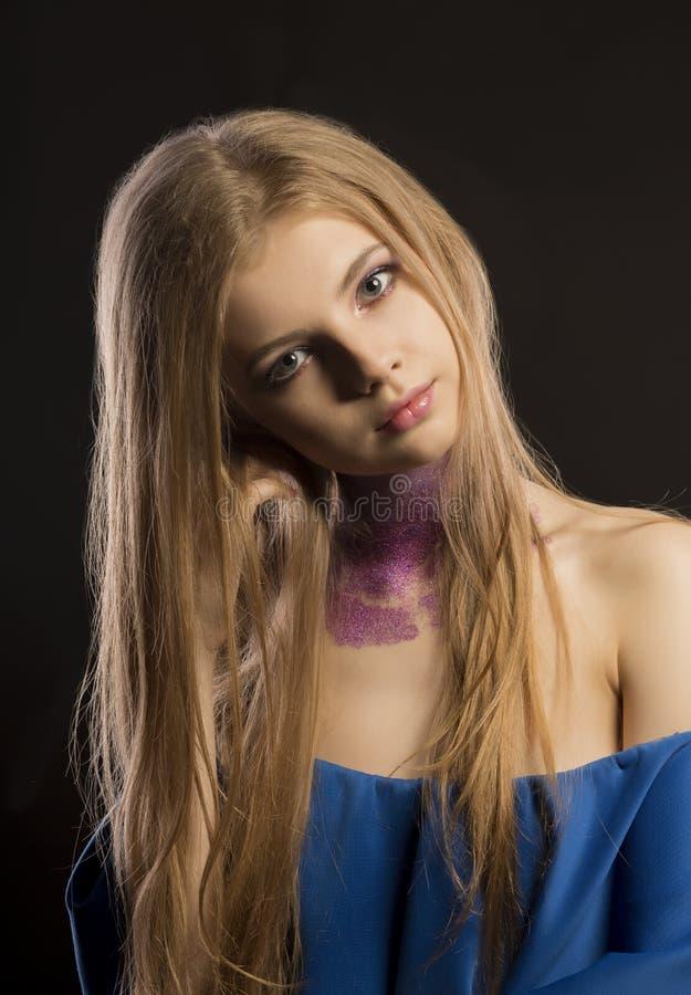 Mujer rubia atractiva con maquillaje del brillo y vestido con desnudo fotos de archivo libres de regalías