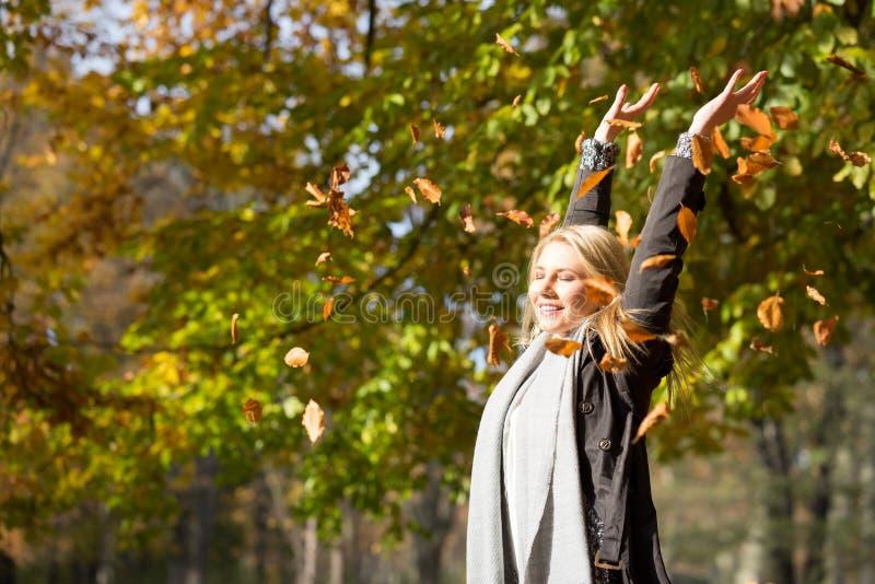 Mujer rubia atractiva en el sol del otoño fotografía de archivo libre de regalías