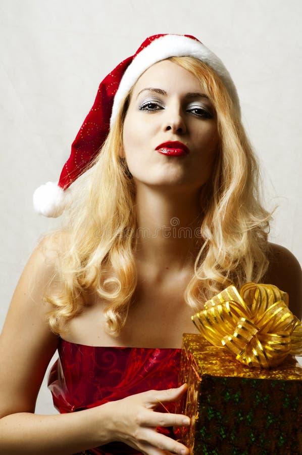 Mujer rubia atractiva en el sombrero de Papá Noel foto de archivo libre de regalías