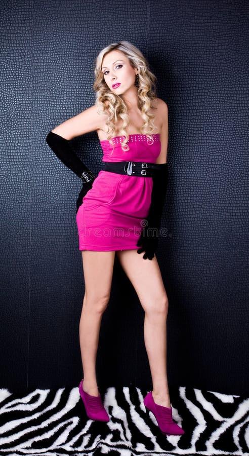 Mujer rubia atractiva, hermosa y joven Modelo con los labios rosados fotos de archivo libres de regalías