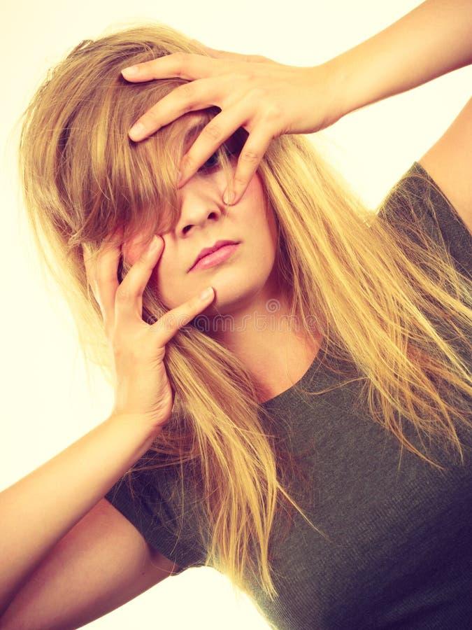 Mujer rubia avergonzada avergonzada con las manos en cara foto de archivo libre de regalías
