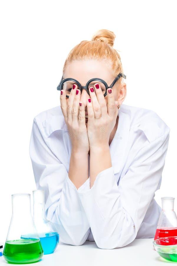 mujer rubia cansada de pruebas de laboratorio fotografía de archivo libre de regalías
