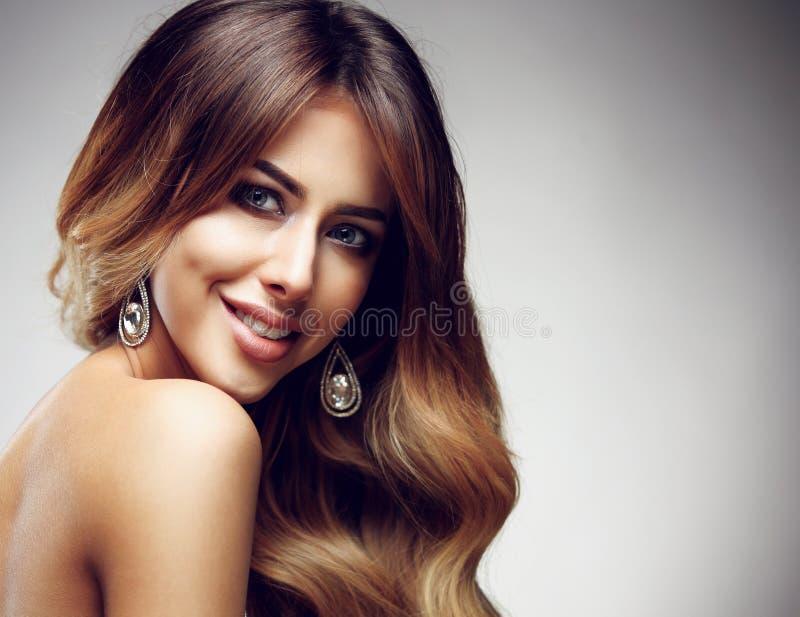 Mujer rubia con de largo, sano hermosos, derecho y pelo brillante imágenes de archivo libres de regalías