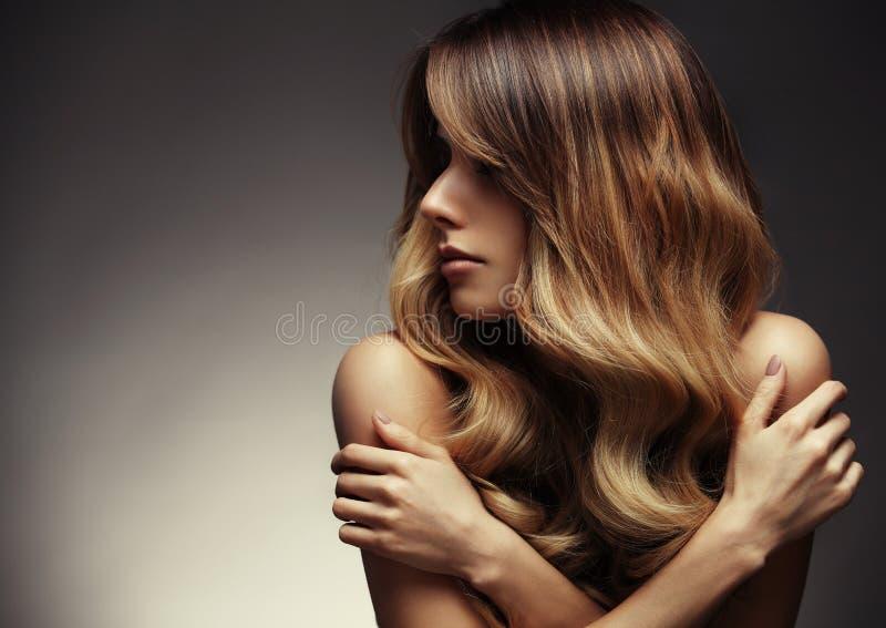 Mujer rubia con de largo, sano hermosos, derecho y pelo brillante imagenes de archivo