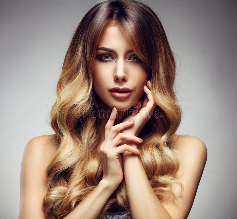 Mujer rubia con de largo, sano hermosos, derecho y pelo brillante foto de archivo