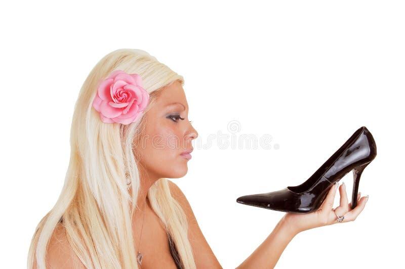 Mujer rubia con el talón negro. foto de archivo libre de regalías