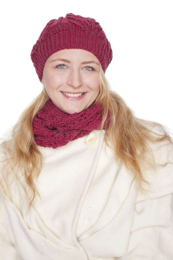 Mujer rubia con la bufanda y la capa imágenes de archivo libres de regalías