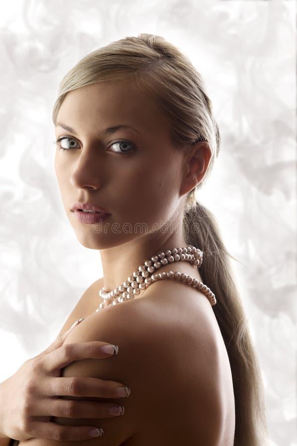 Mujer rubia con la perla imagen de archivo