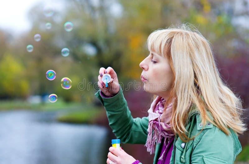 Mujer rubia con las burbujas de jabón fotos de archivo libres de regalías