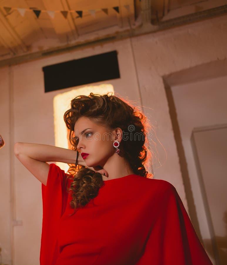 Mujer rubia con los labios rojos y rizado hermosos fotos de archivo libres de regalías