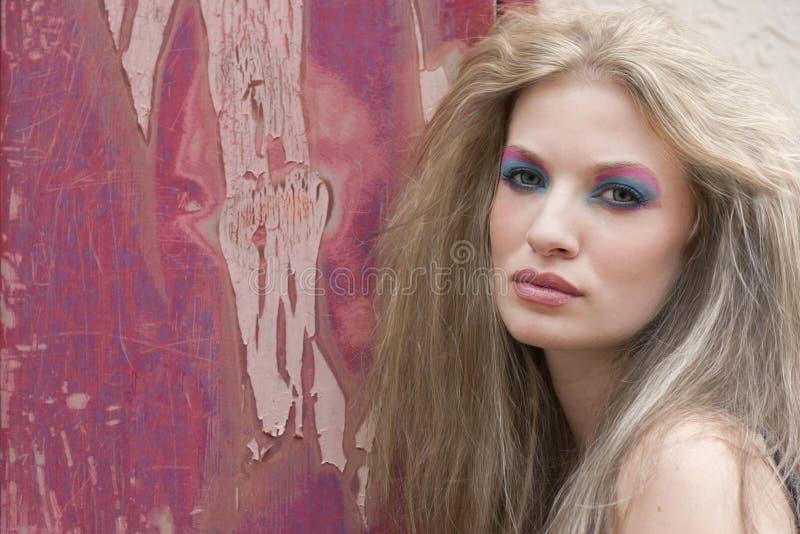 Mujer rubia con maquillaje brillante fotos de archivo