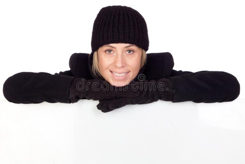 Mujer rubia con una capa negra imagen de archivo libre de regalías