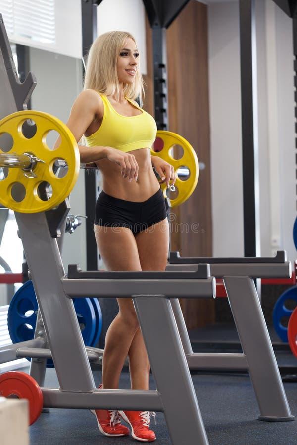 Mujer rubia de la aptitud en el gimnasio imagen de archivo libre de regalías