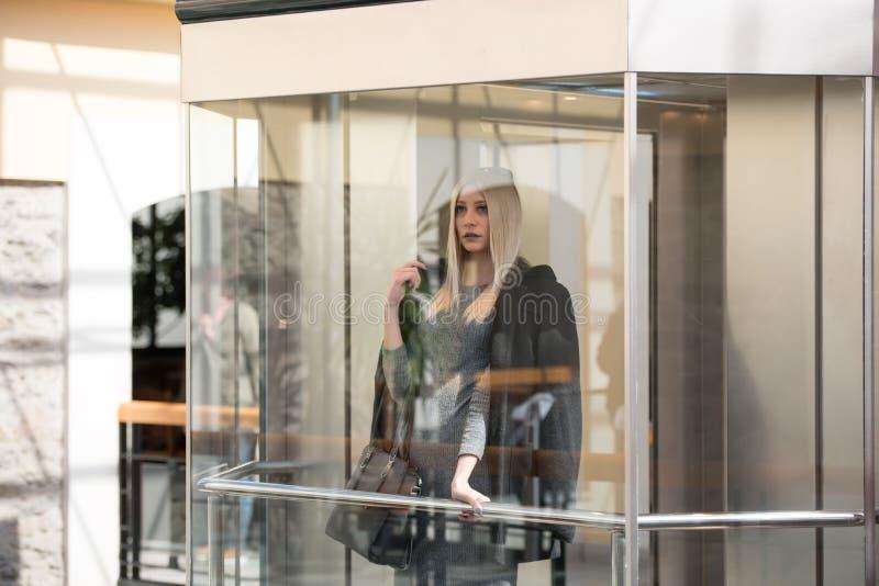 Mujer rubia de la moda dentro de un centro de la alameda fotografía de archivo libre de regalías