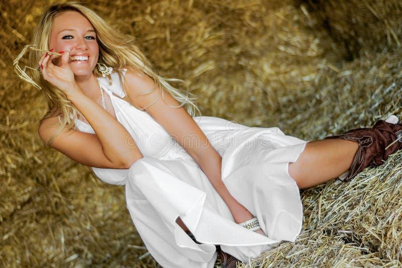 Mujer rubia de la muchacha vestida como país o vaquera de la granja imagen de archivo libre de regalías
