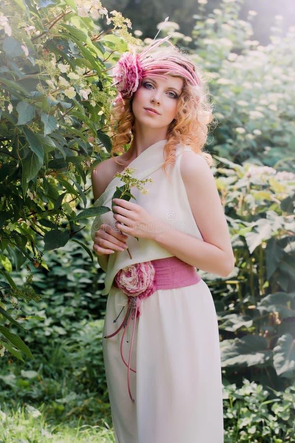 Mujer rubia de la novia en un vestido blanco imagen de archivo