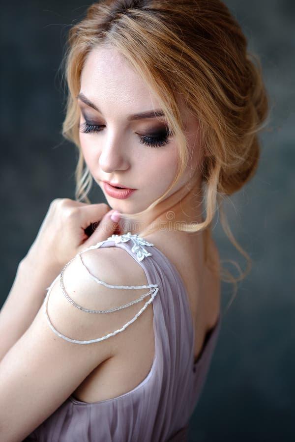 Mujer rubia de la novia en un vestido de boda moderno del color con estilo de pelo elegante y componer Retrato de la belleza de l fotos de archivo libres de regalías