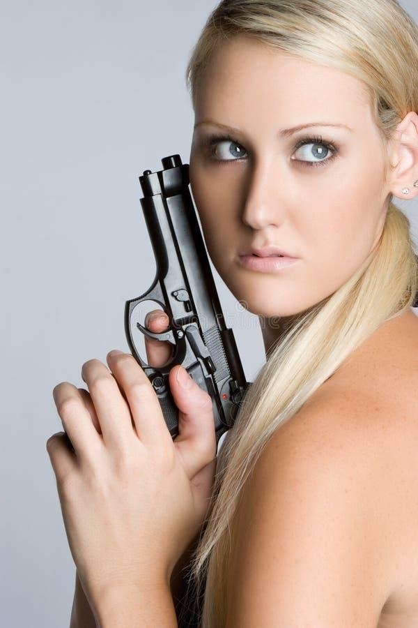 Mujer rubia del arma imagen de archivo libre de regalías