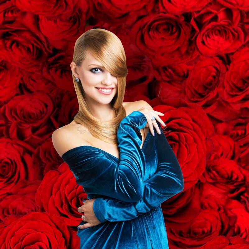 Mujer rubia del encanto en vestido azul imagen de archivo