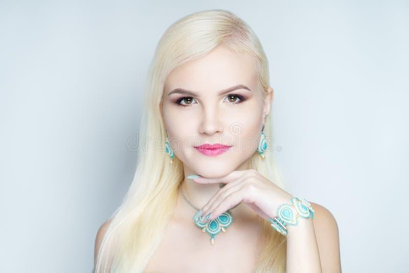 Mujer rubia del pelo elegante foto de archivo libre de regalías